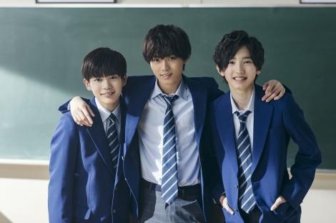 土曜ドラマ『俺のスカート、どこ行った?』で生徒役を演じるKing & Princeの永瀬廉、なにわ男子の長尾謙杜(左)、道枝駿佑(右) (C)日本テレビ