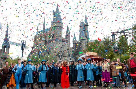 ハリー・ポッターのエリア5周年開幕を宣言するセレモニーに参加した石原さとみ(中央) 画像提供:ユニバーサル・スタジオ・ジャパン