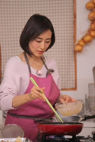 野菜ソムリエの資格を持つ料理上手な木村多江=『豪華ゲストを手作り料理でおもてなし! 木村多江のおしゃべりな食卓』BSテレ東/BSテレ東4Kで4月21日放送(C)BSテレ東