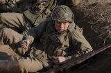 アメリカ軍に志願して戦地に赴く天羽勇役の新田真剣佑(C)テレビ東京