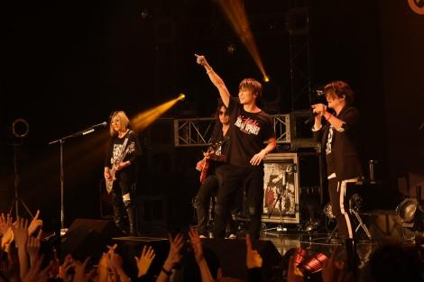 夢の共演に右手を掲げるTAKAHIRO