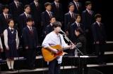 秦基博、被災地の中高生と合唱