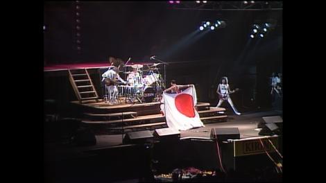 ユニオンジャックを裏返すと日の丸が登場(P)&(C)1992 Queen Films Ltd. Under exclusive license Watanabe Music Publishing Co.,Ltd. To JEC International Corp., Japan