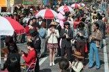 エキストラも70年代風の服装で撮影(C)NHK