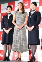 『JAL HAWAII』の新商品・サービス発表会に出席した長谷川潤(中央) (C)ORICON NewS inc.