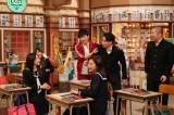 クロちゃんの授業に怒り心頭の生徒たちをなだめる担任の若林(C)テレビ朝日