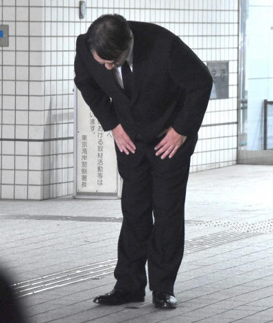 東京湾岸署から保釈され頭を下げるピエール瀧被告 (C)ORICON NewS inc.