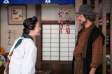 雪月の女将のとよ(高畑淳子)がふたりを出迎える(C)NHK