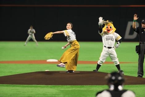『ソフトバンク対西武』(ヤフオクドーム)で始球式を行った今田美桜