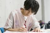 少女漫画を真剣に描くKing & Princeの高橋海人 (C)小学館