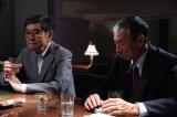第1話より、10年前、菊村(石坂浩二)はテレビ局のプロデューサー・財前茂(柳葉敏郎)とスペシャルドラマの企画を進めていたが…(C)テレビ朝日