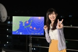 『AKB48 ネ申テレビ』で天気予報に挑戦しVサインを見せる武藤十夢=『ネ申テレビ シーズン30』より(C)東北新社