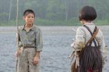 川のほとりで魚釣りをする天陽(荒井雄斗)を見つける=連続テレビ小説『なつぞら』第2週「なつよ、夢の扉を開け」より(C)NHK