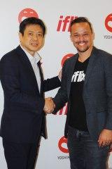 吉本興業の海外戦略本部本部長・清水英明氏(左)とiflixのCEO、マーク・ブリット氏