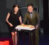 山下智久の誕生日ケーキを運ぶ(左から)菜々緒、濱田岳=TBS金曜ドラマ『インハンド』キャスト舞台挨拶 (C)ORICON NewS inc.