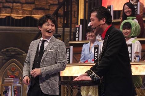 佐藤二朗(右)がMCを務める『超逆境クイズバトル!! 99人の壁 2時間スペシャル』に出演した安田顕 (C)フジテレビ