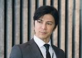 東京の最大手ソフトウェア企業「Wテクノス」で社長秘書をしている男・米須雅人を演じる武田真治(C)テレビ朝日