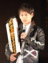 成功祈願の御札を抱くTAKUYA∞ (C)ORICON NewS inc.