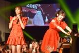 『sweet』創刊20周年イベントでサプライズ共演した(左から)加藤玲奈、渡辺麻友 (C)ORICON NewS inc.