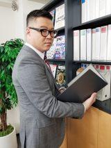 YouTube『小山内三兄弟チャンネル』で配信される『働かないの?唯一兄ちゃん』に出演するシソンヌの長谷川忍(C)日本テレビ