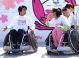 車いすラグビーを体験した(左から)仲里依紗、中尾明慶 (C)ORICON NewS inc.