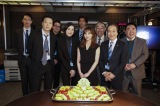 天海祐希主演の連続ドラマ『緊急取調室』主題歌を担当する家入レオが撮影現場を表敬訪問。レギュラーみんなで歓迎した(C)テレビ朝日