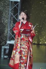 『声優紅白歌合戦』に出演した紅組MCの植田佳奈