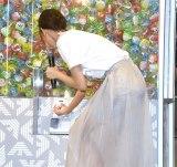 カプセルトイで遊ぶ桐谷美玲=『EMPORIO ARMANI REAGLE ARCADE』のオープンイベント (C)ORICON NewS inc.