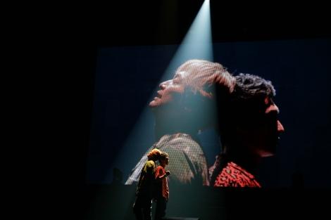 香取慎吾&草なぎ剛、背中合わせに何を想う?=『NAKAMA to MEETING_vol.1』より 撮影:渡邉一生