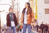 秋葉原にやってきたイエス(松山ケンイチ)とブッタ(染谷将太)(C)中村 光・講談社/パンチとロン毛 製作委員会