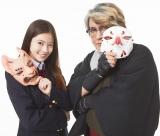 京極夏彦氏(右)の最新作3作のカバーを飾った今田美桜