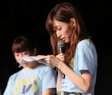手紙を読み上げながら卒業発表したNGT48山口真帆(C)AKS