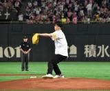 『タカガール・デーin TOKYO』(対オリックス・バファローズ戦)の始球式に登場した鈴木伸之 (C)ORICON NewS inc.
