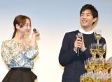 本物のホストと一緒にシャンパンコールした(左から)松井玲奈、竜星涼 (C)ORICON NewS inc.