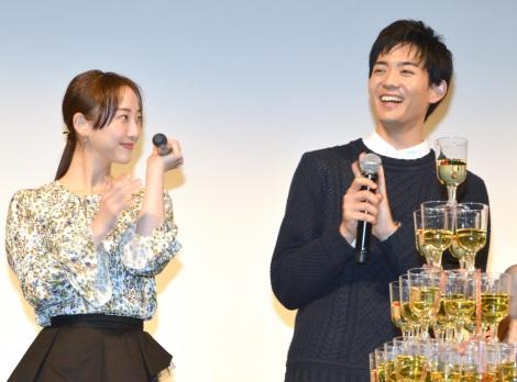 本物のホストと一緒にシャンパンコールした(左から)松井玲奈、竜星涼=MBS/TBSドラマイズム『都立水商!〜令和〜』制作発表会 (C)ORICON NewS inc.
