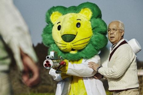 『トップ クリアリキッド抗菌』のスペシャルWEBムービーで約3年ぶりに復活した小堺一機とライオンちゃん