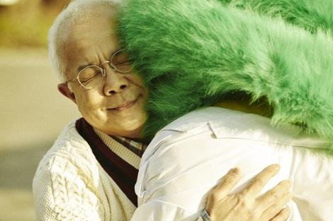 最後に熱い抱擁を交わす、小堺一機とライオンちゃん