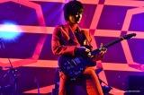 時に激しいギタープレイで沸かせたGO AYANO(G)