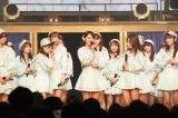 小嶋真子の卒業発表を見守るチームKメンバー(C)AKS