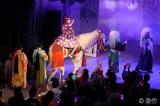 二幕目の冒頭は客席後方から「馬」に乗って登場