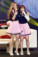 大塚愛の「さくらんぼ」を歌う(左から)クォン・ウンビ、矢吹奈子=IZ*ONE、初のファンミーティング『IZ*ONE JAPAN 1st Fan Meeting』の模様