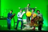 舞台『家族のはなし PART1』初日写真(左から)小西真奈美、池田成志、草なぎ剛、小林きな子、畠中洋 撮影:内池秀人
