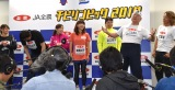 アニマル浜口(右端)の圧に膝に手をつく貴乃花光司氏(左端)=『JA全農 チビリンピック2019』