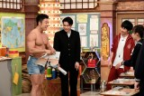 「ヤーーーーー!!」と叫びながら教科書を破るパフォーマンスを見せるなかやまきんに君(C)テレビ朝日