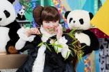 パンダをまねて笹をかじる場面も(C)テレビ東京