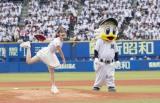 地元千葉のZOZOマリンスタジアムで始球式を行った鈴木愛理