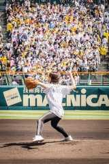 甲子園での始球式でストライクを投げ込んだ足立佳奈