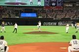 セレモニアルピッチを行う(左から)島崎信長、逢坂良太、櫻井孝宏 (球団提供)