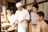 連続テレビ小説『なつぞら』第10回(4月11日放送)より。ホットケーキを焼く「雪月」の小畑雪之助(安田顕)(C)NHK