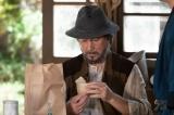 連続テレビ小説『なつぞら』第28回(5月2日放送)より。なぜかご機嫌な夕見子(福地桃子)からもらった「雪月」のシュークリームに「もったいなくて食えね」とつぶやく泰樹(草刈正雄)(C)NHK